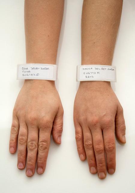 Brazalete de la Twin Visit / Impresión fotográfica, brazaletes de plástico / 51X25 cm.